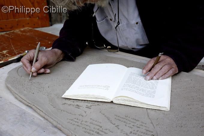 Marcel Moreau incisant une plaque de terre. Atelier Gaudebert.